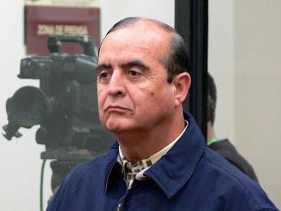 Vlademiro Montesinos sin lentes siendo interrogado