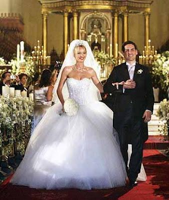 Julia Trappe y Juan Diego Florez saliendo de la iglesia