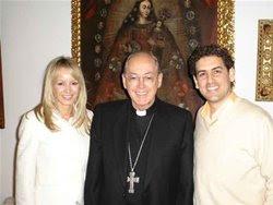 Julia Trappe con Juan Diego Florez y sacerdote Juan Luis Cipriani