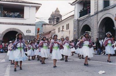 Mujeres danzando en el Carnaval de Ayacucho