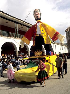 Personajes enormes presente en el Carnaval de Ayacucho