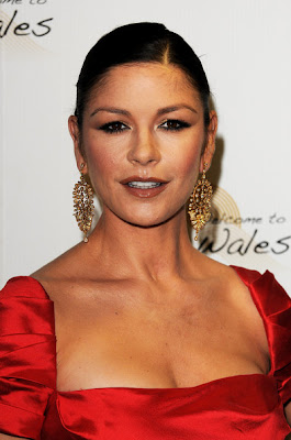 Catherine Zeta Jones Gold Dangling Earrings