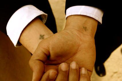 tatouage croix chrétienne - Photo Tatouage croix chrétienne sur la nuque d'une femme