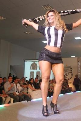 Viviane Araújo lança uniforme de futebol