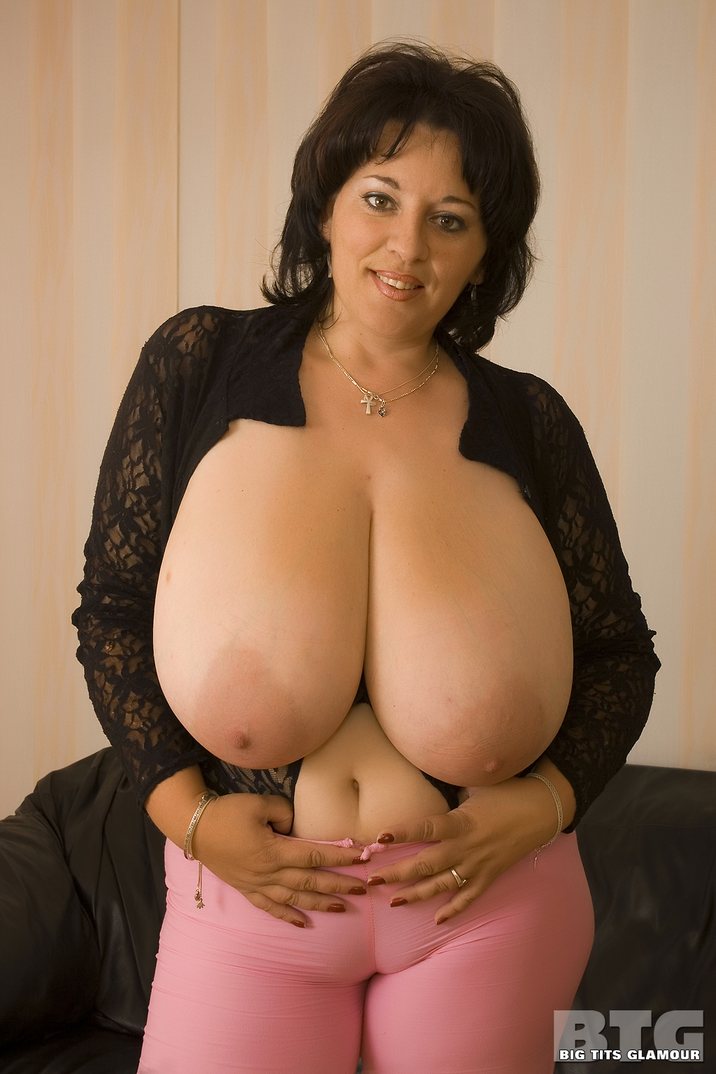 Chatte heavy natural boob she's fucking