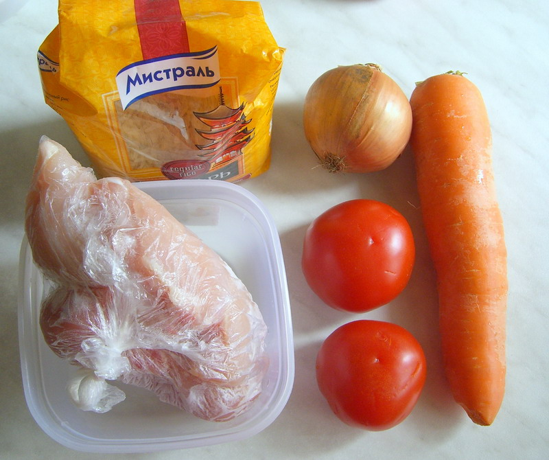 Сначала снимаем кожуру с помидор для