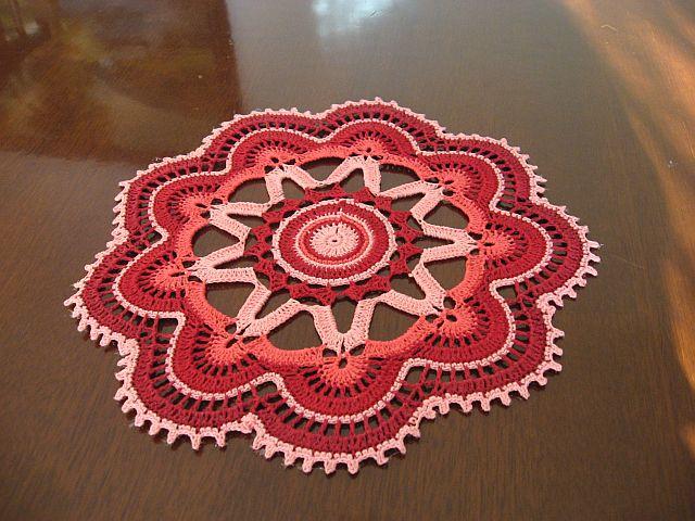 tapete redondo tejido a crochet en 3 tonos de rosa