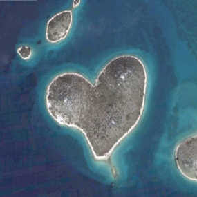10 Pulau Berbentuk Hati Paling Indah di Dunia
