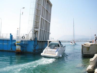 Λειτουργεί ξανά η πλωτή γέφυρα στη Λευκάδα.