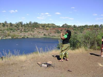Charity Zulu podczas robienia zdjęcia byłej kopalni
