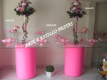 Mesa com puffs rosa