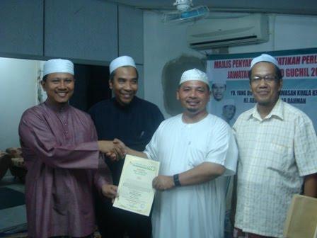 Menerima watikah pelantikan sebagai Pengarah MTD Guchil 2010 dari YB YDP Kuala Krai