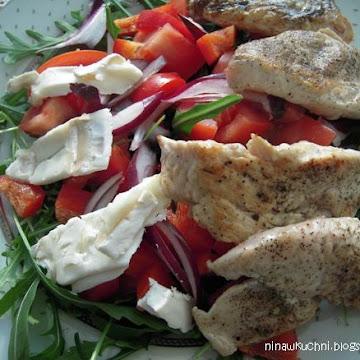 Sałatka z rukolą, grillowanym kurczakiem i serem kozim - Czytaj więcej »