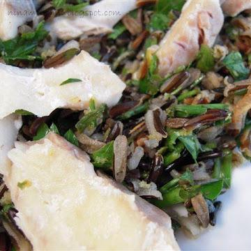 Sałatka z dzikim ryżem i rybą gotowaną na parze - Czytaj więcej »