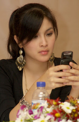 Sandra Dewi using her Cellphone