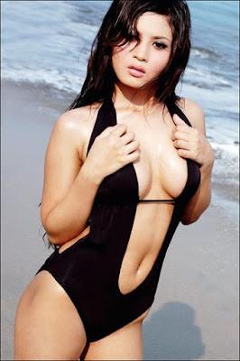 Novie Amalia in bikini