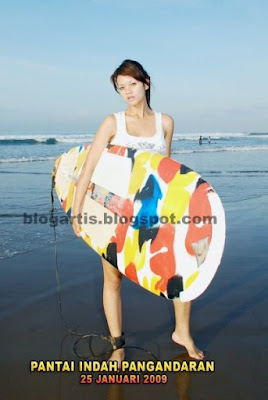 Farah Quinn surfing on the beach pictures