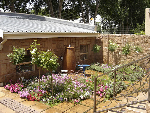 Pictures of small town house gardens joy studio design for Small townhouse gardens