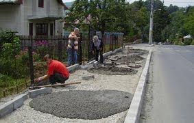 2 Trotuare betonate şi apoi asfaltate, ca să nu mai iasă iarba prin asfalt!