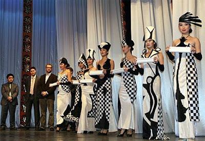 Le tirage des couleurs lors de la cérémonie d'ouverture où chaque joueur d'échecs devait choisir une Dame avec son parchemin.