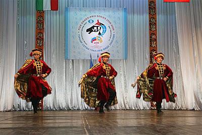 La cérémonie d'ouverture du Grand Prix Fide d'échecs d'Elista, avec trois danceurs Kalmouk, un signe prémonitoire pour le podium final ?