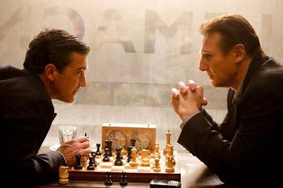 Antonio Banderas et Liam Neeson face à face lors d'une partie d'échecs