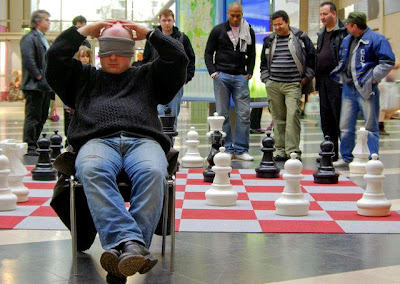 Arnaud Hauchard lors d'une démonstration de partie à l'aveugle - Evry daily photo