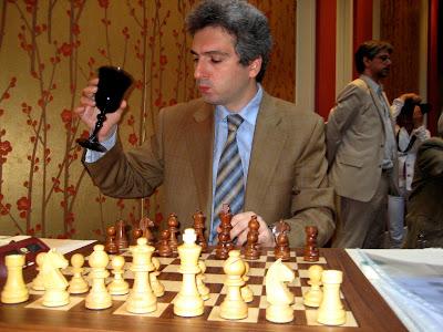 Vladimir Akopian peut boire à la santé des ses concitoyens © Chess & Strategy