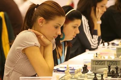 Concentration totale autour du jeu d'échecs ! © Site officiel