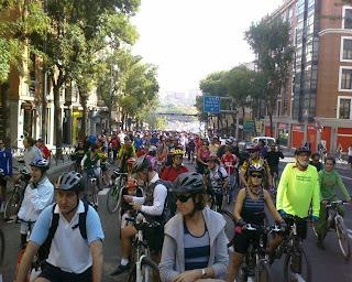 La misma parada mirando hacia atrás. El reguero de ciclistas llega hasta donde se acaba la vista.
