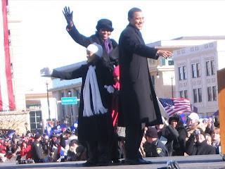 أوباما وزوجته و إبنتية علي المسرح