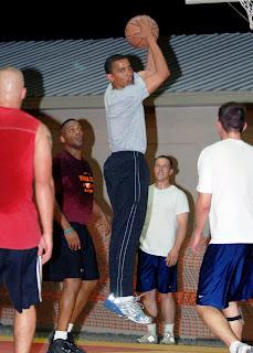 أوباما يلعب كرة السلة