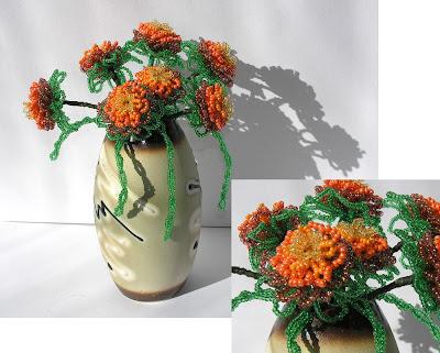 Станок и цветы из бисера.