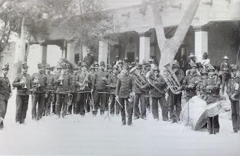 Banda militar dando serenata en La Despedida en calles 10a y Paseo Bolívar.