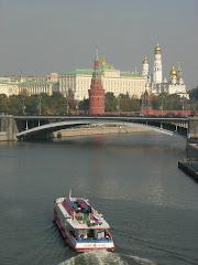 Vue depuis la Moskva sur le Kremlin de Moscou