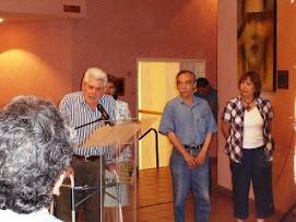 Hablando sobre cultura en el loby del cómodo Teatro de la Ciudad en Delicias Chihuahua.