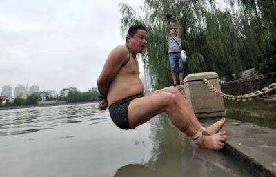 Gokil Gan..!! Berenang Dengan Tangan & Kaki Terikat Sejauh 1,8 Km