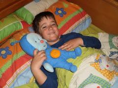 Gonzalo en la cama con Pupi