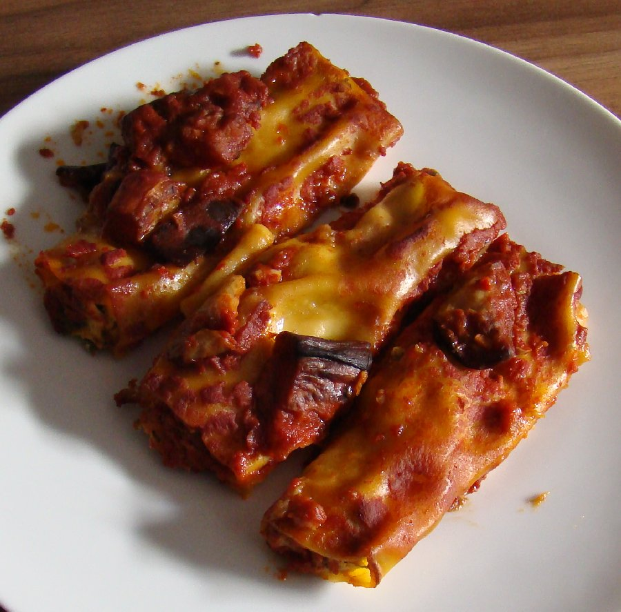 ... Food: Spinach and ricotta cannelloni with aubergine sauce (3 colours