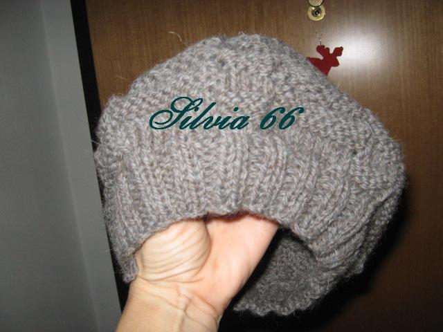 Ecco qua con l'arrivo del freddo, un cappellino di lana ai ferri
