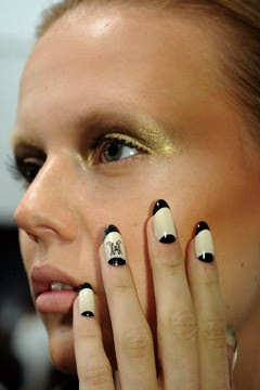 مناكير للمراهقات رهيييييبة Ruffianmonogram-manicure-240