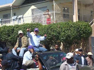 PRESIDENTE LEONEL FERNANDEZ ENCABEZA, CARABANA JUNTO A  CANDIDATOS  DEL PLD,  DE SPM, ACOMPAÑADOS POR LOS REFORMISTAS JOSE HAZIM Y LILA ALBURQUERQUE.