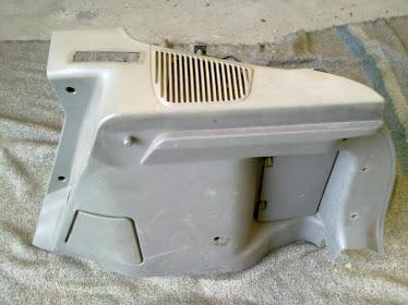 Plasticos da mala cinzentos do Opel Corsa B