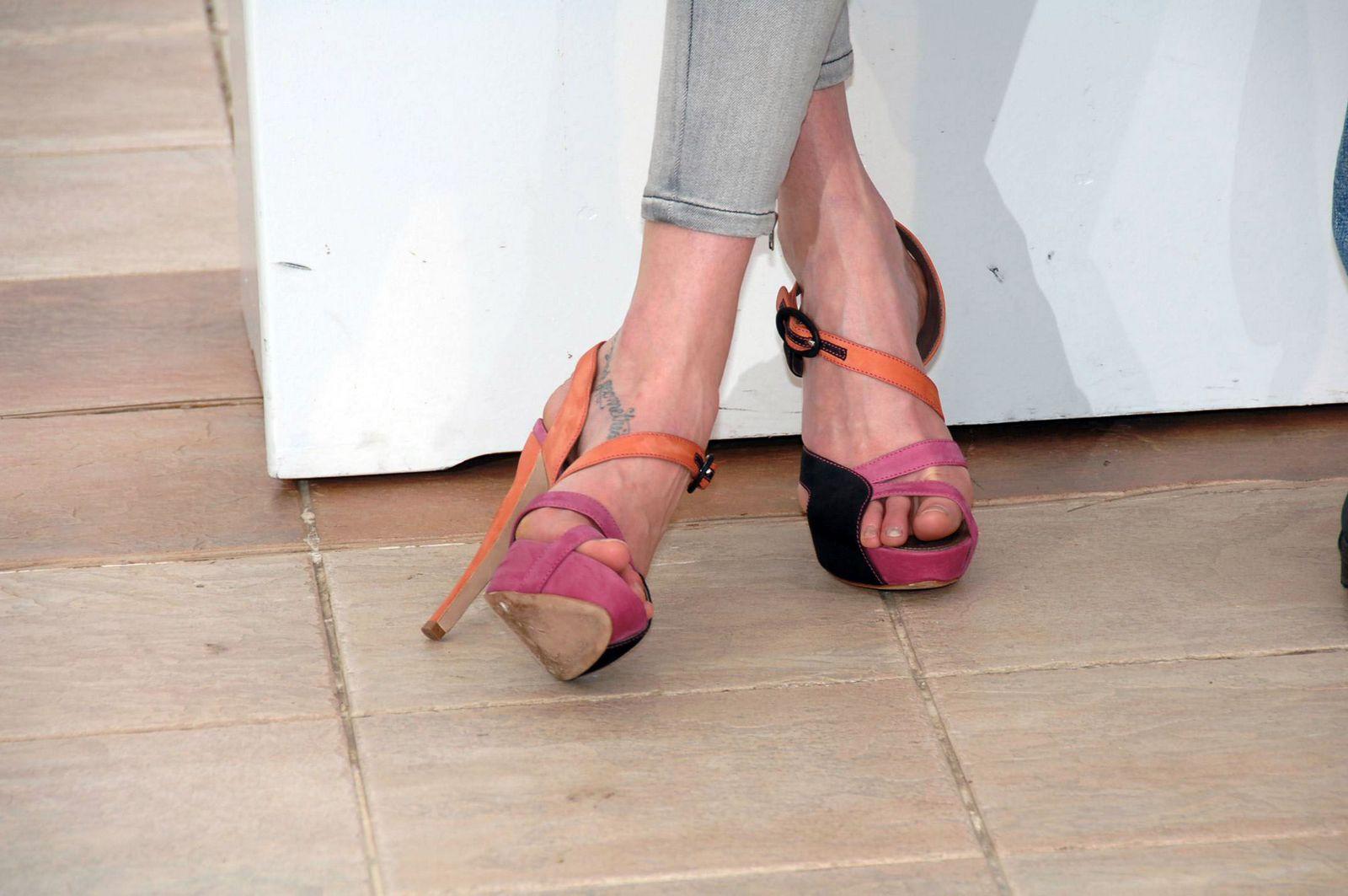 http://2.bp.blogspot.com/_hgdlBJDRZkM/TRRdC61EkdI/AAAAAAAACjc/WVjFBw6o-xY/s1600/Lily-Cole-Feet-196557.jpg