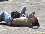 tomando sol en pleno patio del liceo