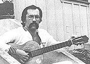O poeta Paulo Leminski tocando violão
