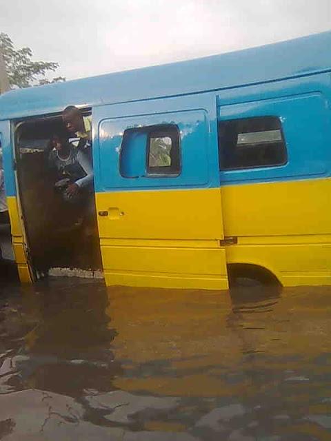 taxis bus coincée dans l'eau à Kinshasa
