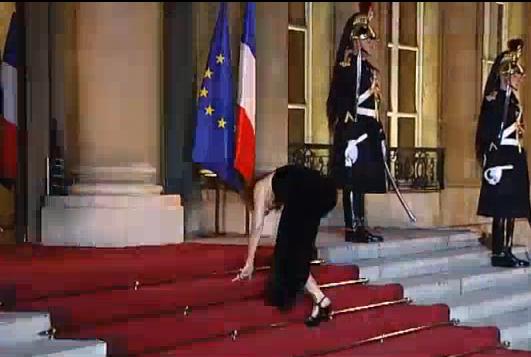 Mylène Farmer et les marches de l'Elysée (vidéo)