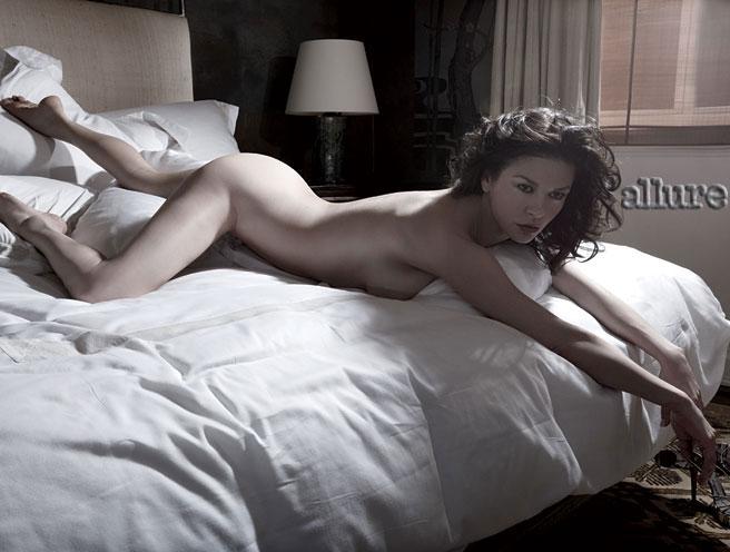 Catherine Zeta-Jones nue dans Allure
