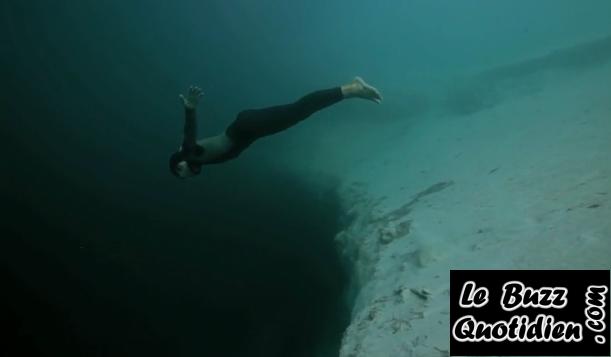 vidéo Guillaume Néry base jump dans le Dean's Blue Hole en apnée